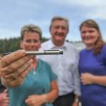 Angela Merkels Kugelschreiber mit Gewinnerin und neidlosen Landrat Franz Meyer