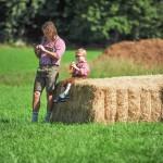 Rückwärtstrend: Unsere Kinder gehen zurück zur Tradition, während die Eltern Bilder auf whatsapp posten...